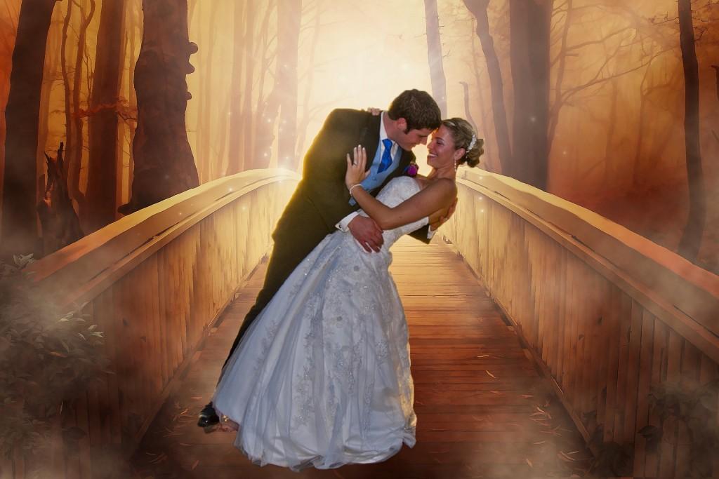 boda, pareja sobre puente.