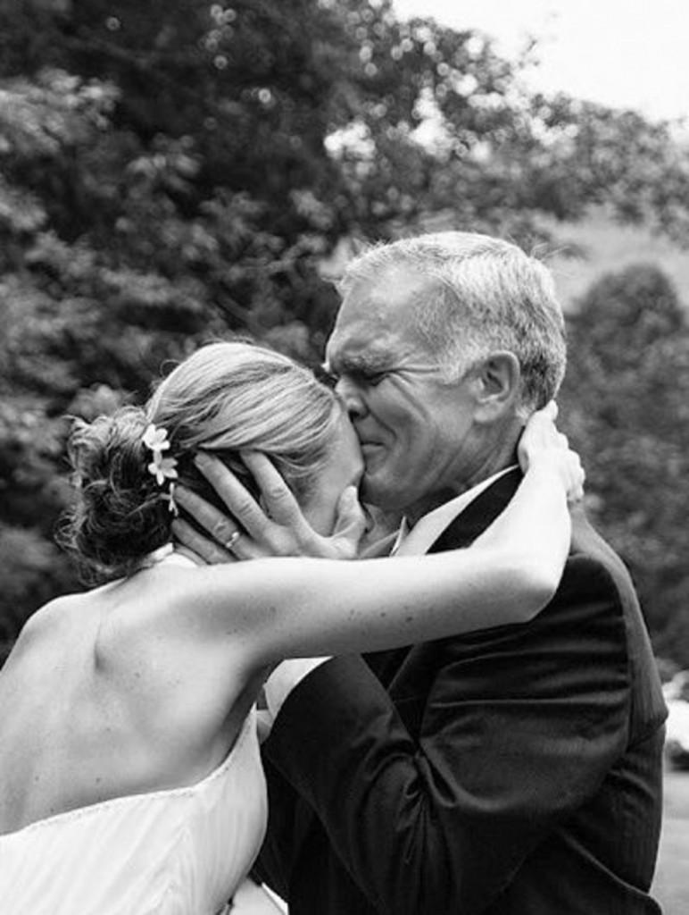 papa besa a la novia.