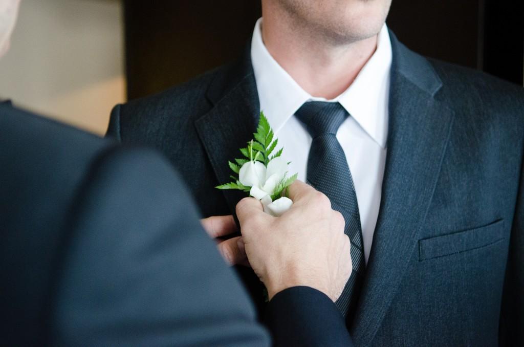 El novio se arregla para la boda.