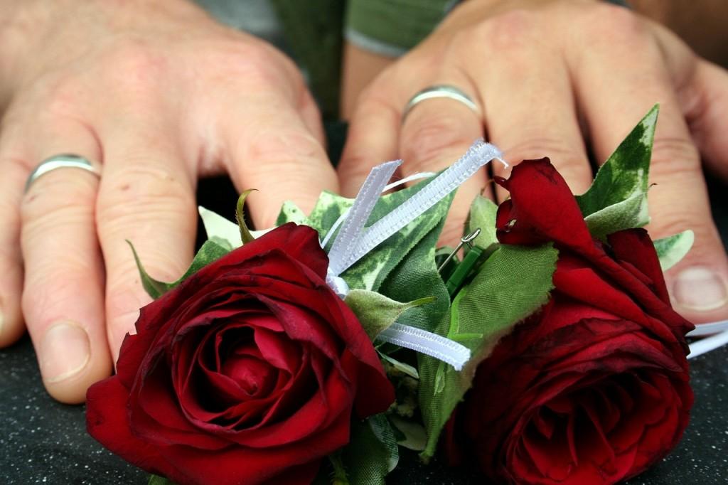 manos de novios con anillo, anillo de boda.