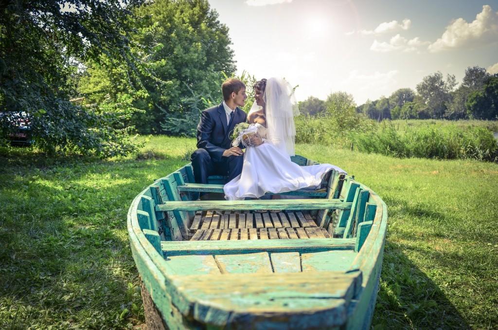 novios,boda en bote.